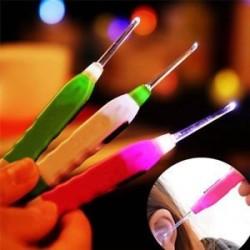 * 2 1PC műanyag (véletlenszerű szín). Könnyű LED villogó könnyű fül Pick Wax Earwax Remover Curette Easy Cleaner
