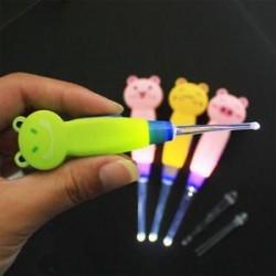 * 3 1PC műanyag (véletlenszerű szín). Könnyű LED villogó könnyű fül Pick Wax Earwax Remover Curette Easy Cleaner
