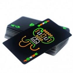 Fekete, világító, fluoreszkáló pókerkártyák ragyognak a sötét bárban Pa I4M7