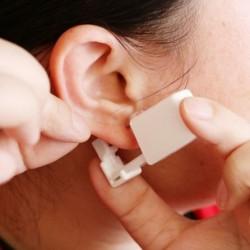 Eldobható steril, fájdalommentes fülcsavar Piercing pisztoly Professzionális eszközök acél csavar fülbe kristállyal